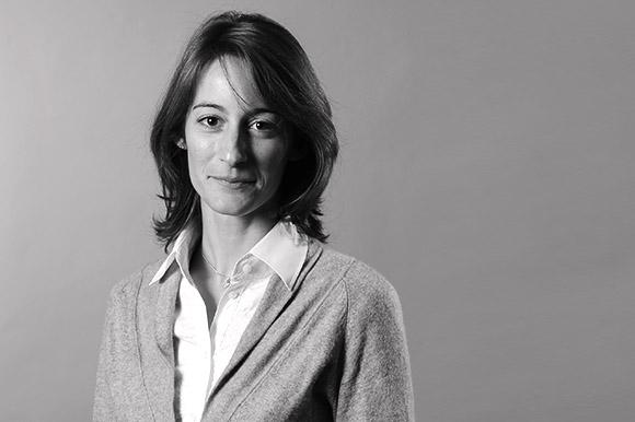 Portrait photo de femme en noir et blanc